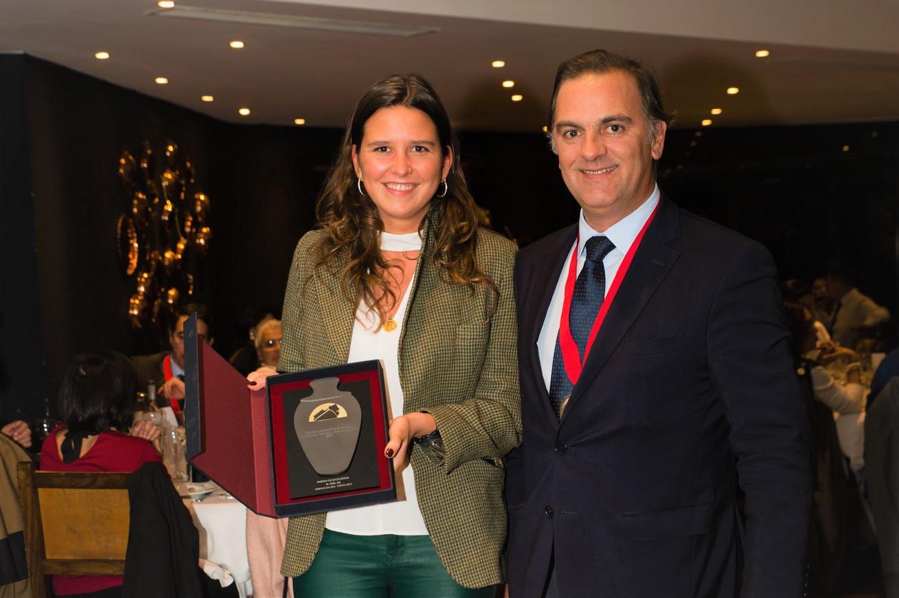 Maria Uva recebe o prémio pelas mãos do Exmo. Sr. Francisco Mateus, presidente da CVRA.